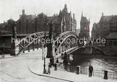 Blick auf die Brooksbrücke über den Zollkanal, der die Grenze zu dem Hamburger Freihafengebiet ist. Auf der Stadtseite der Brücke stehen die Figuren HAMMONIA und EUROPA auf Sockeln - auf der Speicherstadtseite befindet sich in zwei hohen neu