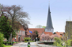 Grosse Seite in Borstel / Jork; Blick zur Borsteler Kirche - St. Nikolai-Kirche, ursprünglich 1412 erbaut.
