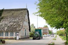 Reetdachhäuser - Fachwerkhäuser mit Reetdach, Trecker mit Anhänger, Westerjork in Jork / Altes Land.