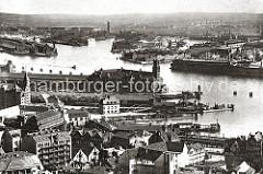 Blick über die Häuser am Baumwall zur Niederbaumbrücke und dem Kaispeicher A am Kaiserhöft.