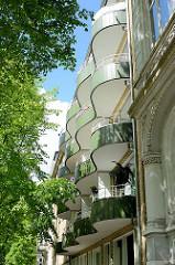 Baustil der 1950er Jahre - geschwungene Balkons, wellenförmiger Architekturtile - Wohnhäuser in Hamburg Hohenfelde.