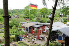 Schrebergarten / Kleingartenidylle mit Deutscher Fahne - Blick von der Bremer Strasse in HH-Eissendorf.