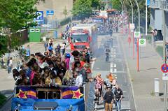 Schlagermove / Discomove in Hamburg Harburg - geschmückte Trucks in der Blohmstrasse.