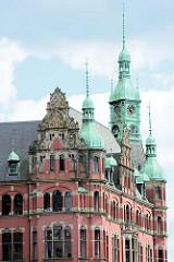 Türme und Hausfassade der historischen Speicherstadt - Backsteinarchitektur und Kupferdächer; neogotischer Baustil.