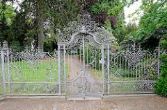 Kunstvolles schmiedeeisernes Tor am Friedhof in Hamburg Marmstorf.