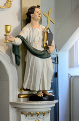 Holzfigur Evangelist Johannes aus dem Jahr 1785 in der Niendorfer Marktkirche - die evangelisch-lutherische Kirche am Markt in Hamburg-Niendorf gilt nach dem Michel als bedeutendstes Barockbauwerk der Hansestadt. Die achteckige, von 1769 bis 1770 ges