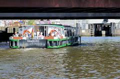 Eine Barkasse / Ausflugsschiff fährt unter die Otto-Sill-Brücke / Binnenhafenbrücke zur Schleuse, die in das Alsterfleet führt.
