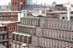 Dächer und Backsteinfassaden im Kontorhausviertel Hamburgs - lks. im Hintergrund der ehem. Wasserturm an der Sternschanze.