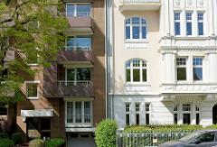 Unterschiedliche Architekturstile in Hamburg Hohenfelde - Baustil der Gründerzeit mit Stuckelementen und Architektur der 1950er Jahre, gelbe Klinkerfassade.