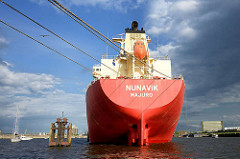 Auflieger in der Norderelbe - das Frachtschiff NUNAVIK ist mit Tauen an den Dalbe festgemacht.