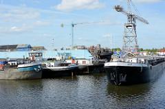 Binnenschiffe im Harburger Hafen - Werftkran.