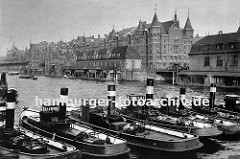 Schlepper liegen unter Dampf im Zollkanal - am Kai der Grenze zum Hamburger Freihafen liegen Zollgebäude mit Pontons.