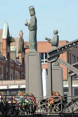 Skulpturen St. Ansgar und Barbarossa des Bildhauers Jörg Plickat auf der Speicherstadtseite der Brooksbrücke, die über den Zollkanal führt.