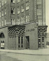Historische Aufnahme vom Chilehaus im Hamburger Kontorhausviertel - Terrakottadekor von Richard Kuöhl - Schriftzug KRUPP an der Hauswand.