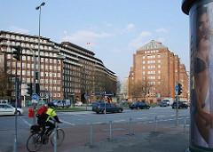 Blick über die Willy-Brandt-Strasse zum Hamburger Kontorhausviertel; links das Chilehaus und rechts der Messberghof.