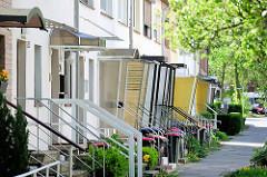 Hauseingänge mit Windfang und Regenschutz; Eingang mit Regendach - Reihenhäuser im Stellinger Steindamm, Bezirk Hamburg Eimsbüttel.