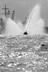 Hafengeburtstag Hamburg - Löschboot OBERBAURAT SCHMIDT der Hamburger Feuerwehr spritzt hohe Wasserfontänen.