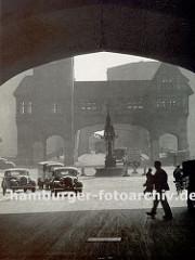 Blick durch den Innenhof ( Fischertwiete ) vom Chilehaus Richtung Wandrahmsbrücke, die über den Zollkanal führt ca. 1939. In der Bildmitte steht auf dem Messberg der Vierländer Brunnen, der später auf dem Hopfenmarkt einen neuen Platz gefunden ha