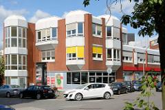 Moderner Gewerbebau der 1970er Jahre in Hamburg Hohenfelde - kubische Bauform; Ladenräume und Büros.