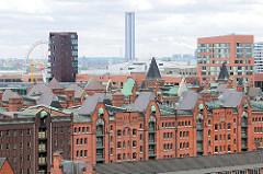 Blick über die Dächer der Speicherstadt in der Hamburger Hafencity - historisch Industriearchitektur und moderne Bürogebäude / Wohntürme, Hochhäuser - Schornsteine vom Kraftwerk Hafencity.