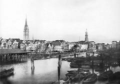 Historische Ansicht vom Hamburger Binnenhafe - im Hintergrund Wohnhäuser an den Kajen und Kirchtum der Nikolaikirche.