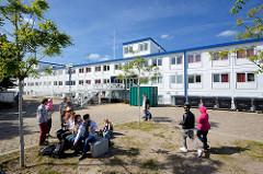 Flüchtlingswohnschiff Transit am Kanalplatz im Harburger Hafen - bei ca. 220 Plätze hat das Schiff 1440 m² Wohnfläche auf drei Decks. Dort gibt es jeweils einen Herren- und Damenduschraum mit jeweils sechs Duschkabinen und zwei Toiletten.