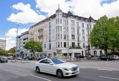 Blick über die Lübeckerstrasse - Gründerzeitwohnblock in Hamburg Hohenfelde, schnell fahrende Autos..