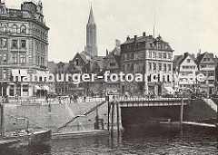 Blick über den Zollkanal Richtung Klingberg und Messberg; im Vordergrund mündet das Klingbergfleet; das Eckhaus lks. steht an der Strasse Dovenfleet. Im Hintergrund der Turm der St. Jacobi Kirche.