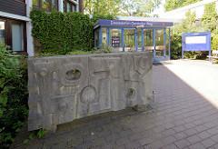 Skulptur - Gefüge / Structure aus Kehlhelmer Kalkstein am Eingang des Bezirkamts in HH-Niendorf - Bildhauer  Werner Michaelis, 1965.