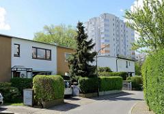 Doppelhäuser im Repgowstieg in HH-Stellingen - im Hintergrund ein Hochhaus der Lenzsiedlung.