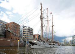 Die LOTH LORIEN fährt in den Hamburger Traditionsschiffhafen / Sandtorhafen ein. Der Dreimast-Gaffelschoner hat eine Länge von 48m und wurde ursprünglich 1907 gebaut.