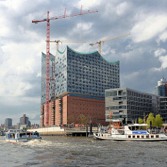 Baustelle der Elbphilharmonie - Fahrgastschiffe auf der Elbe.