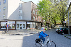 Wohnblock mit vorgesetzten flachen Ladengeschäften, Geschäftsräumen; Stellinger Steindamm / Dörpkamp.