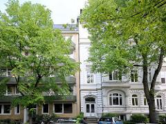 Architekturkontraste - Gegensätze der Baustile; Wohnhaus im Gründerzeitstil neben der gelben Klinkerfassade eines Wohngebäudes der 1950er Jahre - Architekturbilder aus Hamburg Hohenfelde.