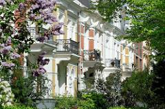 Wohnhäuser, Stadtvilla der Gründerzeit mit Balkons in der Sonne - blühender Flieder, Bäume / Bilder aus Hamburg Hohenfelde.