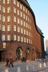 Das Abendlicht lässt das expressionistische Backsteingebäude des Kontorhauses leuchten. Das Chilehaus als Teil des Hamburger Kontorhausviertels wurde von 1922 - 1924 errichtet - den Entwurf lieferte der Architekt war Fritz Höger.
