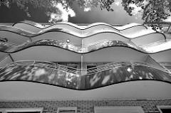 Baustil der 1950er Jahre - geschwungene Balkons, wellenförmiger Architekturstile - Wohnhäuser in Hamburg Hohenfelde.