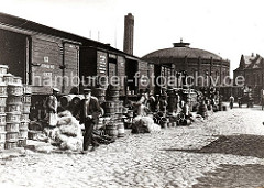 Güterwaggons aus dem der polnischen Stadt Bromberg stehen auf einem Gleis der Hafenbahn zwischen den Kaischuppen des Hübnerkais vom Grasbrookhafen und dem Strandkai der Norderelbe. Im Hintergrund die Industriearchitektur der Gasanstalt.