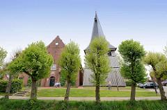 Borsteler Kirche - St. Nikolai-Kirche, ursprünglich 1412 erbaut, frei stehender Glockenturm aus Holz.