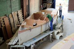 Der Rumpf des Daysailers wurde gedreht - der Innenausbau wird fortgesetzt.