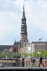 Wandrahmsteg über den Zollkanal - Kirchturm der Hamburger St. Katharinenkirche.