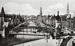 Blick auf die Wandrahmsbrücke und den Zollkanal - links die Dächer der Speichergebäude im Hamburger Freihafen, rechts die Geschäfts- und Wohngebäude an der Strasse Dovenfleet. Im Hintergrund die Kornhausbrücke und die Türme der Katharinen und