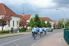 Gymnasiales Schulzentrum Fritz Reuter Dömitz an der Roggenfelder Strasse in Dömitz - Gruppe von Fahrradfahrern, Rennräder.