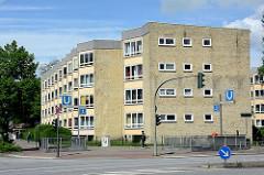 Wohnblock an einer Hauptverkehrsstrasse Hamburgs, Kreuzung Mühlendamm / Lübecker Strasse im Stadtteil Hohenfelde - nach Süden schräg ausgerichtete Hausfassade - Baustil der 1950 er Jahre.