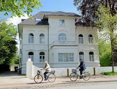 Weisse Villa - FahrradfahrerIn, Wördemannsweg - Hamburg Stellingen.
