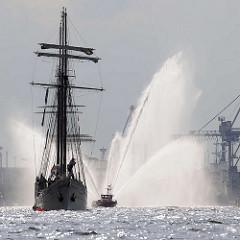 Einlaufparade - Hamburger Hafengeburtstag; Dreimastsegler MARE FRISIUM - ehem. Fischlogger / Feuerwehrboot mit Wasserfontänen.