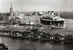 Der Passagierdampfer MONT ROSA liegt an den Dalben im Elbstrom; das Passagierschiff lief 1930 vom Stapel und wurde auf der Hamburger Werft Blohm & Voß gebaut. Das ca. 160m lange und 20m breite Schiff kann 2 400 Passagier an Bord nehmen und hat