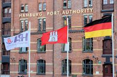 Flaggen von Hamburg, Deutschland, HPA am Zollkanal / Neuer Wandrahm - Schriftzug goldene Buchstaben HAMBURG PORT AUTHORITY.