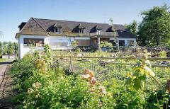 Gefällte Bäume - leerstehendes Gewerbegebäude im Vogt-Cordes-Damm, Hamburg Niendorf.