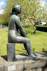 Skulptur Junges Mädchen, Eingang Albrecht Thaer Gymnasium in Hamburg Stellingen; Bildhauer Gustav Seitz, 1949.